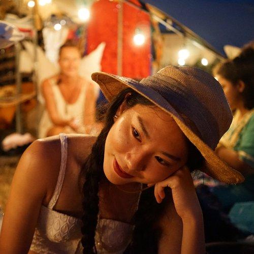 Beam Sirikoon ผู้กำกับโฆษณามากความสามารถที่มีสายตาเฉียบคม เจ้าของไอจี@suneyeviewสำหรับเธอทุกอย่างเริ่มมาจากความหลงไหลในเสน่ห์ของกล้องฟิล์มที่ทำให้เธอตัดสินใจตบกล้อง Nikon อายุ40ปีของคุณพ่อมาใช้แคปเจอร์momentของคนแปลกหน้าที่เธอพบเจอระหว่างทาง