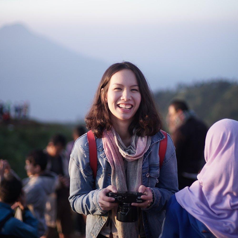 """Aom Nakornthap สาวคนนี้ไม่ชอบที่จะอยู่นิ่งๆ จนเพื่อนๆขนานนามว่า """"แรมโบ้"""" นอกจากจะพูดได้ถึง3ภาษาแล้ว เธอยังมีความพยายามที่จะเรียนภาษาที่4,5,6 เพิ่มอีก เธอเดินทางเพื่อออกไปเรียนรู้ถึงวัฒนธรรมใหม่ๆและความฝันสูงสุดในชีวิตของเธอคือการมีกิจการเพื่อสังคมเป็นของตนเอง"""
