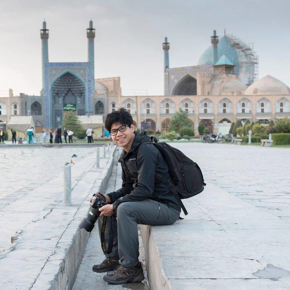 Mai Pongpibool แฝดพี่คนโต เจ้าของเพจท่องเที่ยว Twin Traveller : Around The Worldที่ตกหลุมรักการเดินทางสไตล์แบ็คแพ็คและการถ่ายรูปเป็นชีวิตจิตใจ ปัจจุบันทำอาชีพนักเขียน/ช่างภาพอิสระให้กับสำนักพิมพ์ต่างชาติชื่อดังอย่าง Stock Photo แถมยังมีผลงาน Pocket Book อีกด้วยไม่ธรรมดาจริงๆ