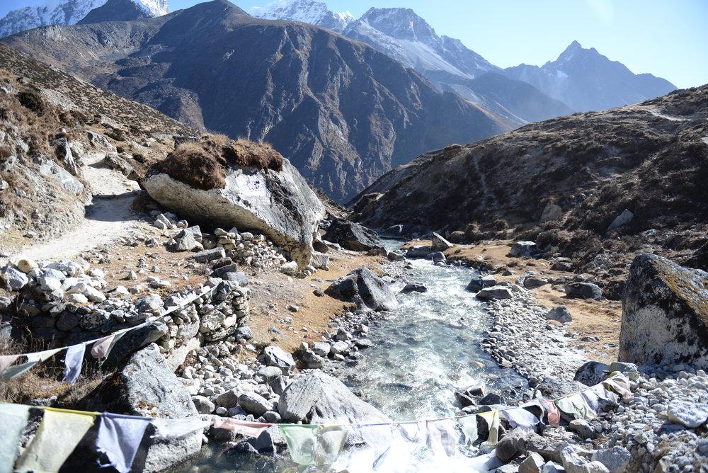 ลำธารที่ไหลลงมาจากยอดเขา มีน้ำสีฟ้าเกิดจากน้ำแข็งที่ละลาย เย็นเฉียบ