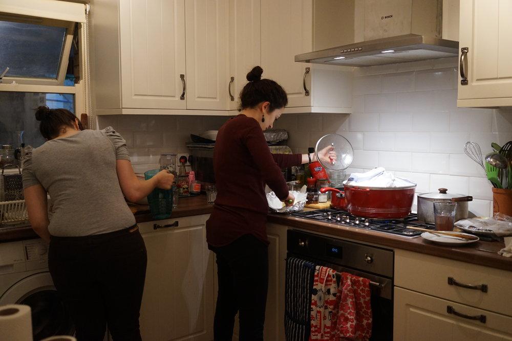 นาตาลี และ เพื่อน กำลังวุ่นทำอาหารกัน นาทีสุดท้ายก่อนแขกจะมา