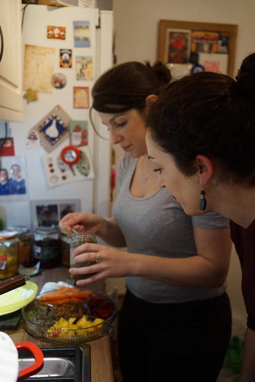 นาตาลีและเพื่อนกำลังช่วยกันจัดจาน