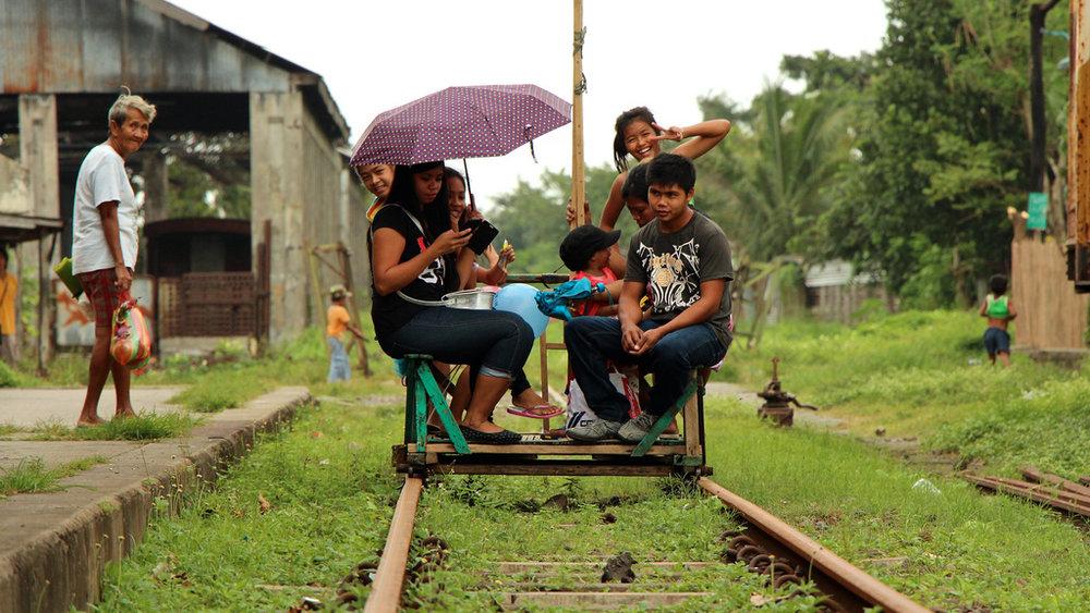 รถลากบนทางรถไฟที่เมือง Lecena ประเทศฟิลิปปินส์ ภาพจาก  Hiveminer