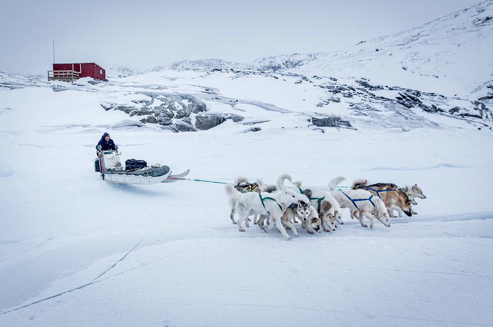 น้องหมาฮัสกี้และเจ้าของที่ประเทศกรีนแลนด์ ภาพจาก  Sidetracked