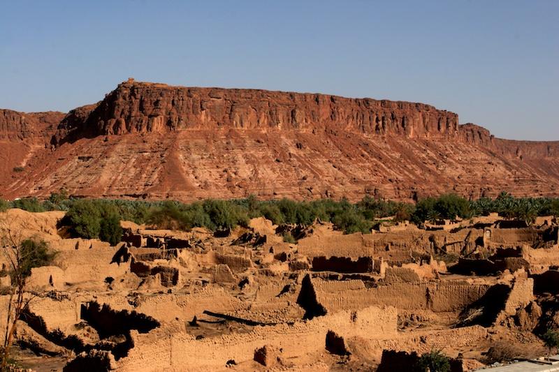 เมืองอัลอุลา ตั้งอยู่ระหว่างสองภูเขา มีบ้านที่ทำด้วยโคลนอยู่ใจกลางเมือง