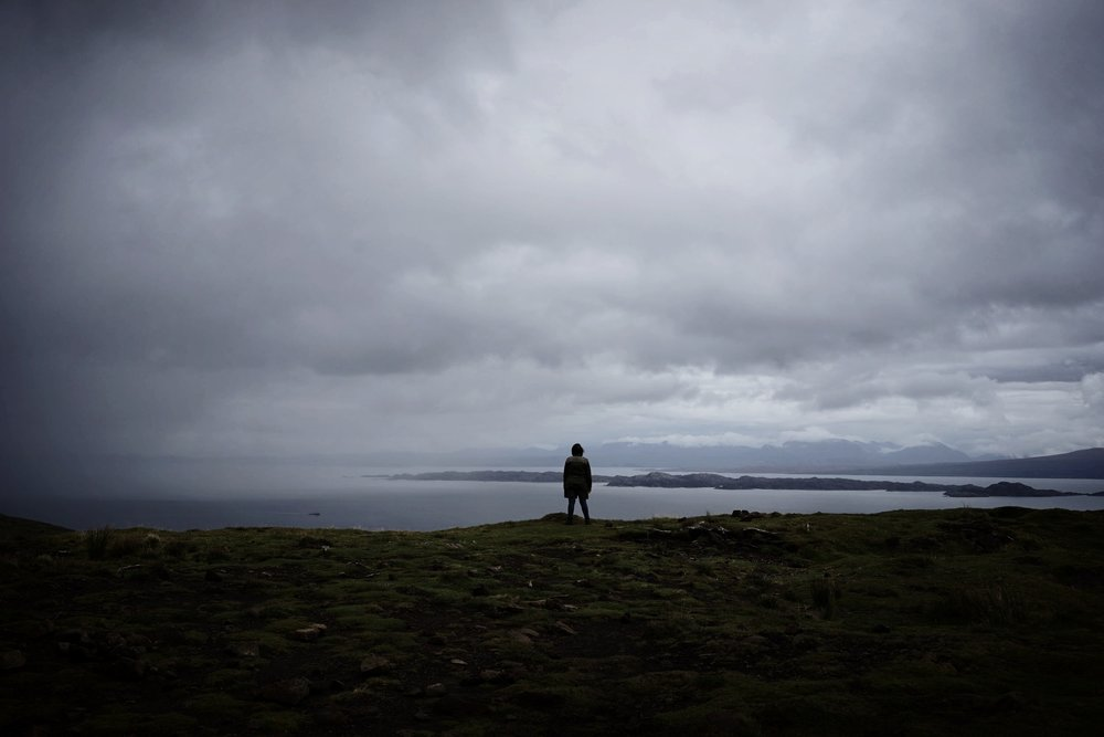 บน Old Man of Storr ก่อนที่ฝนจะกระหน่ำลงมา (ในภาพไม่ใช่คนเขียน)