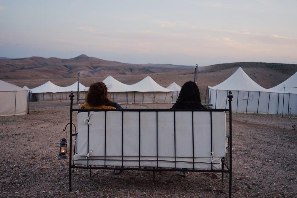 นั่งชมบรรยากาศของ Agafay Desert