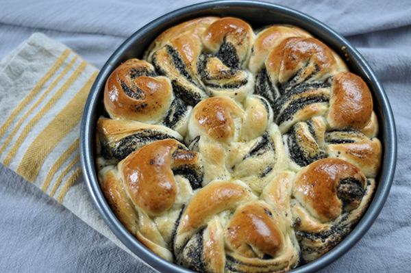 Black Sesame Milk Bread Rolls_baked.jpg