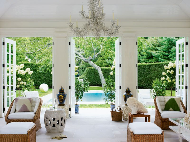 item2.rendition.slideshowWideVertical.aerin-lauder-beauty-at-home-03-eat-hampton-home-pool-house