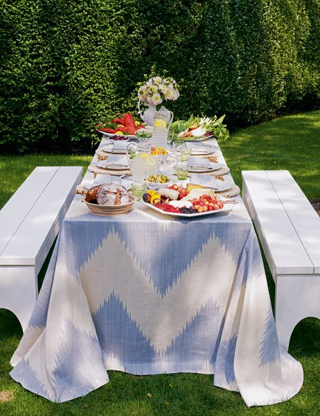 item3_rendition_slideshowWideVertical_aerin-lauder-beauty-at-home-04-summer-entertaining-picnic-table