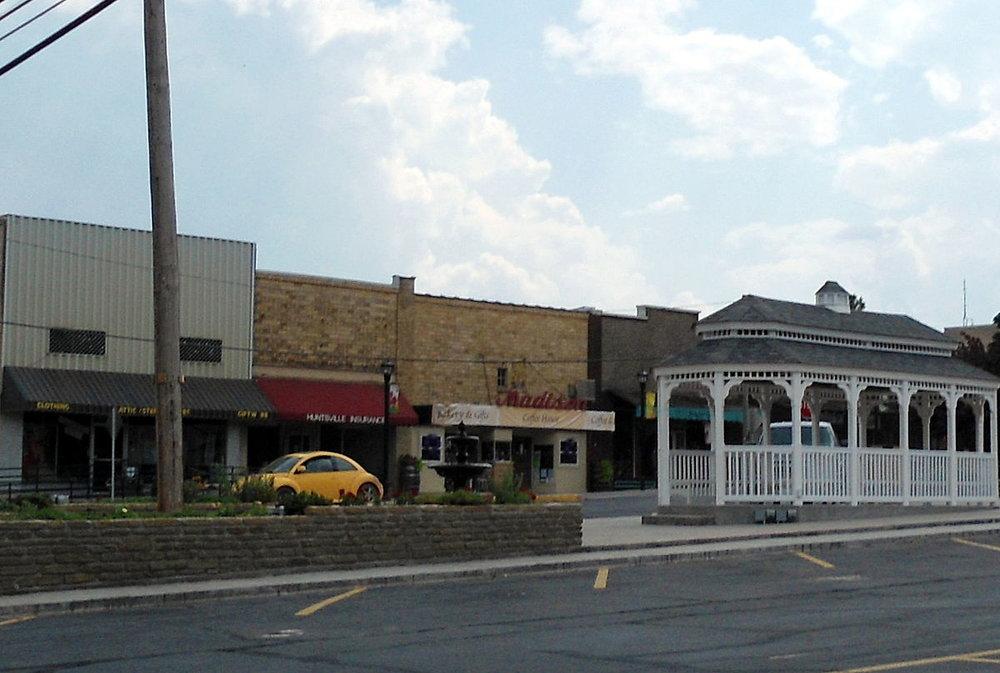 1200px-Downtown_Huntsville,_AR.jpg