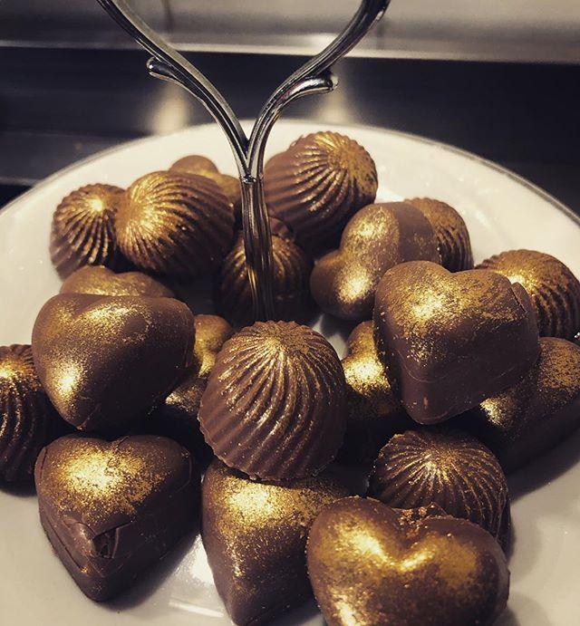 More #insomniabakes salted caramel & macadamia nut #chocolate #insomnia #sleeplessnights #yummy #baking #macaronmistress