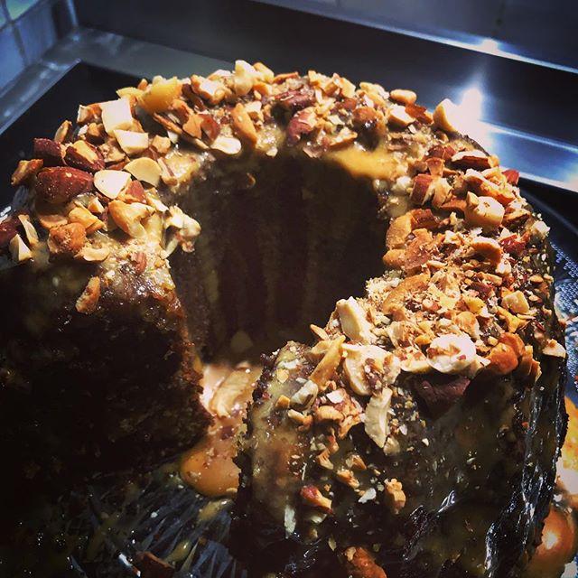 Total #peerpressure this evening from @del_murray73 Look away if you don't like #nuts 😉 Banana chocolate #bundtcake with caramel peanut drizzle #baking #homemade #cake #macaronmistress #chocolate #chocolatecake