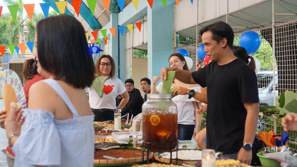 Sa sobrang DIY di namin na- anticipate  ang mga langaw! Haha!  While  Tita Budeng  was looking for candles , kami-kami lang din muna ang nagpapaypay  while our guests got food.:D
