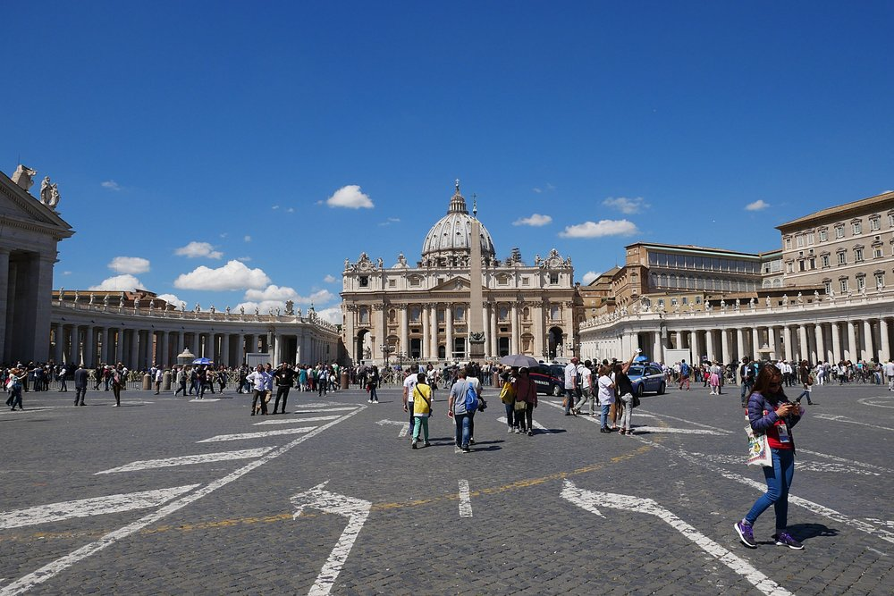 St-Peter's-Square-tourist-Vatican.JPG