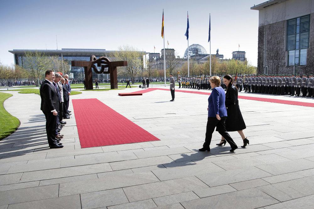 Bundeskanzlerin Angela Merkel (2.v.r.) empfängt Jacinda Ardern, Premierministerin von Neuseeland, mit militärischen Ehren vor dem Bundeskanzleramt (l. Steffen Seibert, Sprecher der Bundesregierung; 2.v.l. Jan Hecker, außen- und sicherheitspolitischer Berater der Bundeskanzlerin).