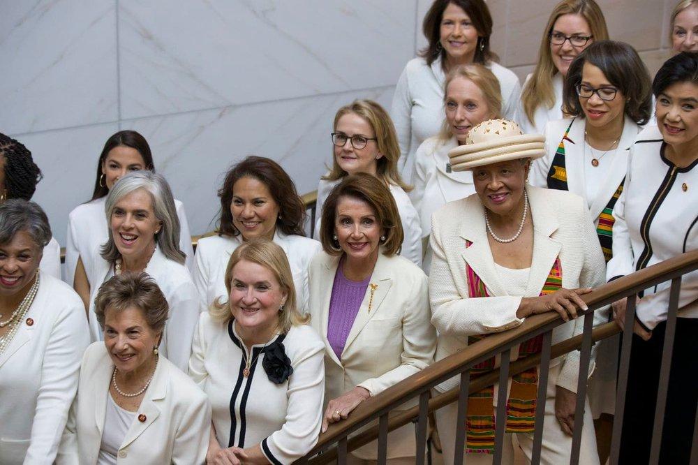 У центрі – спікерка Палати представників Конгресу США Ненсі Пелосі AP Photo/Alex Brandon