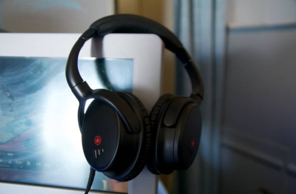 Noise cancelling headphones -