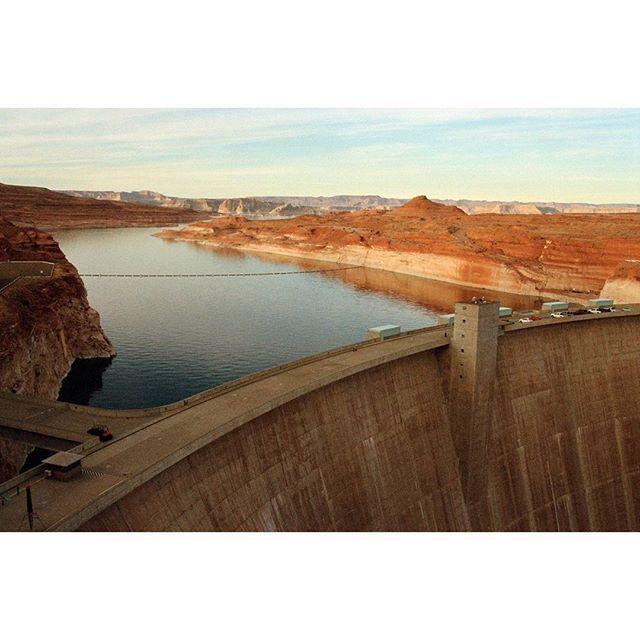 Glen Canyon Dam Girrrl • • • • • • • • • • • #glencanyondam #glencanyon #dam #damndaniel #arizona #southwest #desert #desertduskpalette #portra400 #kodakportra #pentax #pentaxk1000 #filmisnotdead #35mm #35mmfilmphoto #pagearizona #utah #arizonautahborder #hydroelectricity #micosuave