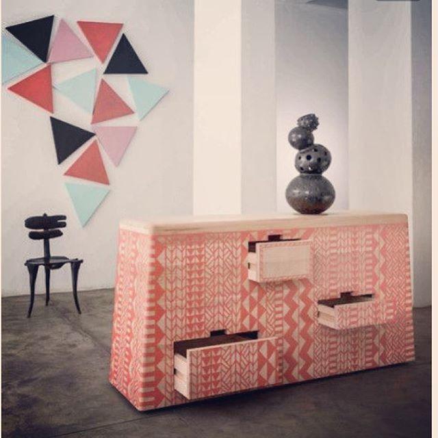 #commode #africaine #ethnicstyle #paille #tressage #colorfull #interiordesign #decorhome #decoration #architectureinterieure #lifestyle #aureliasantoni #aureliasantoniarchitectureinterieure @aureliasantoni
