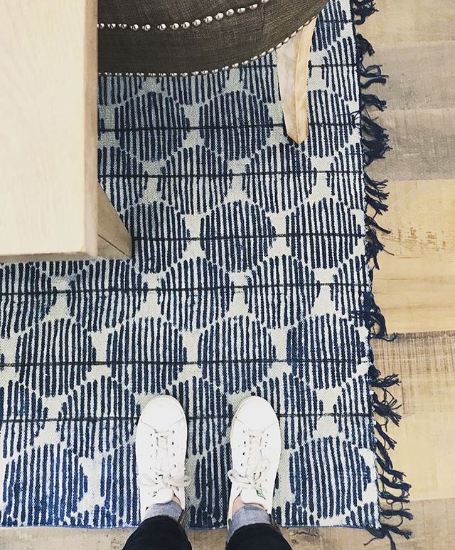 WANT// Rug we installed today at a client's home. Worth the wait. Perfect shade of indigo. 💙👌🏻 Note—  Summer Casual attire🙄 . . . . . #OCHomes #OCInteriors #OCInteriorDesigner #OrangeCountyInteriorDesigner # #StyleatHome #OrangeCountyHomes #HomeDecor #HomeDesign #InstaDecor #InstaDesign #Interior123 #CurrentDesignSituation #SMMakeLifeBeautiful #SoDomino #SMPLiving #ModernHome #postitfortheaesthetic #homestyle #instahome #instadesign #interiorstyling #instadecor #interior4all #interiorinspiration #interiorinspo #interior4all #interior123 #arearug #interiorandhome #mycb2