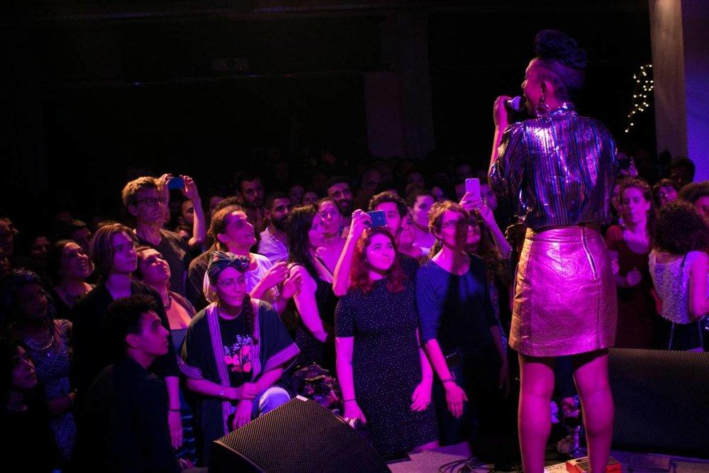 Plusieurs personnes qui soutiennt les droits de la communauté LGBT sont venues pour la musique. Philippe Pernot