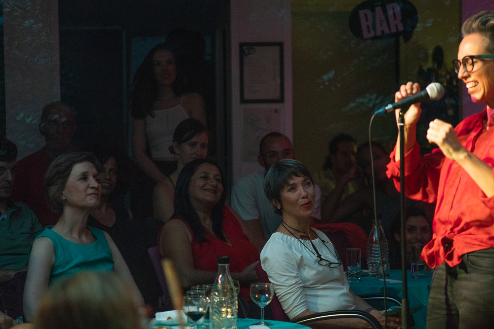 Writer Hinemoana Baker telling a story at The Bear; Photo: Felix Limmer