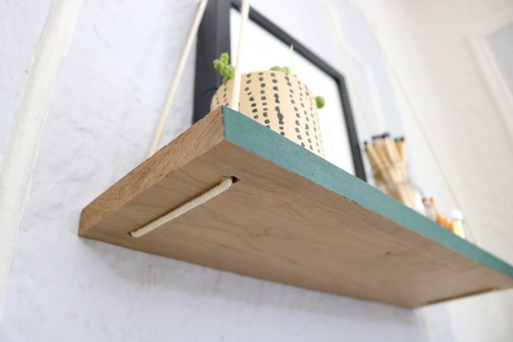 Easy DIY Hanging Shelf #hangingshelf #floatingshelf #floatingshelves #apartmentliving #easydiy #homedecor #apartmenttherpy #shelfie #livingroomdecor #wood #ropeshelf