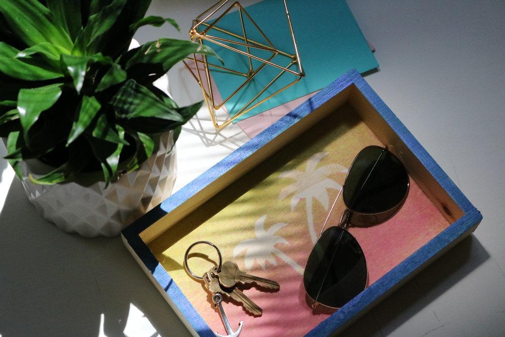 Summer Neon Palm Tree Catch Tray DIY #summercraft #summerdecor #summerdiy #craftsforkids #neon #bright #colorful #color #sunglasses #hallway #entryway #catchtray #keytray