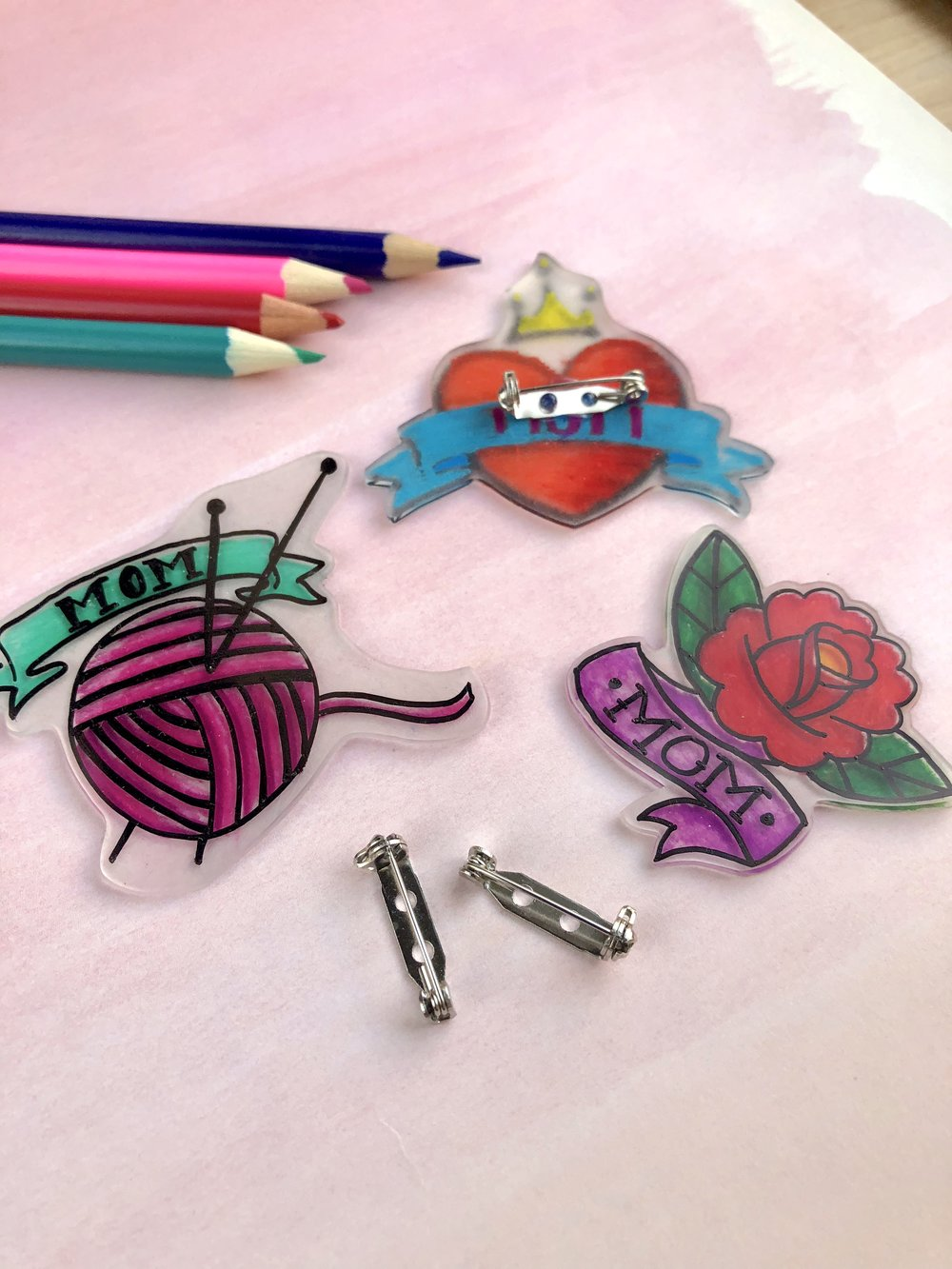 Mother's Day Shrinky Dink Mom Tattoo Pins #mothersdaydiy #mothersdaygifts