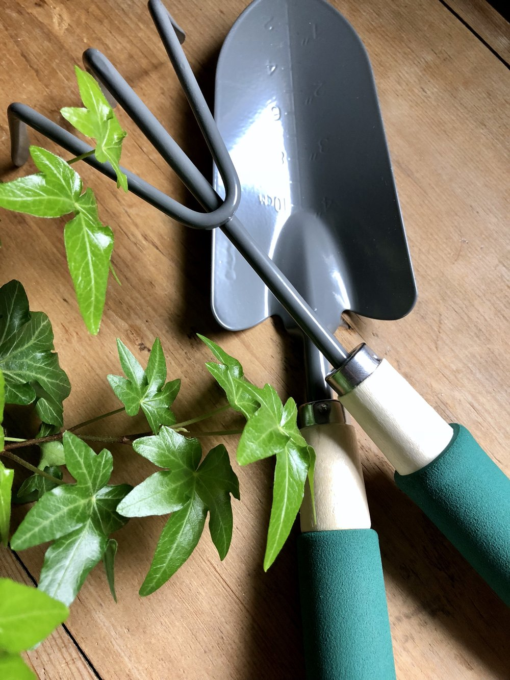 Dollar Store Marbled Gardening Tools for Mother's Day #mothersdaydiy #mothersdaygift #dollarstorediy #dollarstorecraft #greenthumb