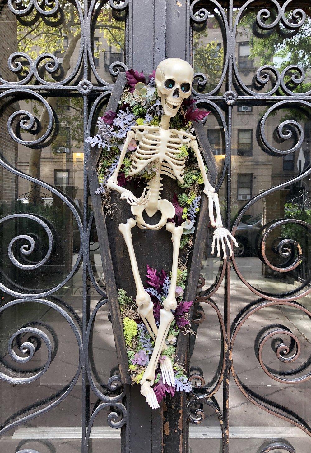 DIY Coffin Halloween Wreath Door Decorations #insulationboard #halloweendecorations #madebymichaels