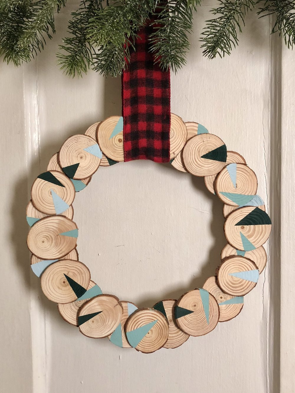Three easy Christmas DIYs made from wood slices - a wood slice print, a wreath, and easy potpourri!