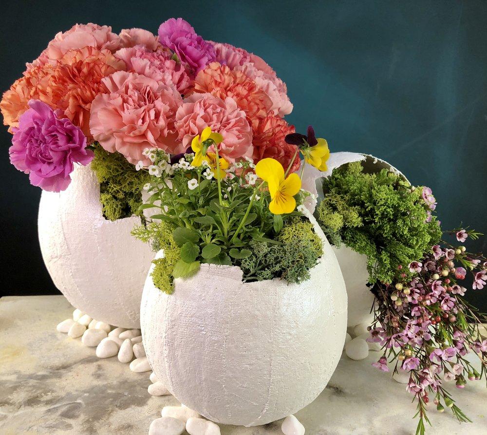 Plaster Easter Egg Vases. Make larger egg vases using plaster strips and balloons. #easterdiy #eastertable #easterdecorations #easterdecor #flowervase #flowers #easycrafts #craftylumberjacks #thechew #clintonscraftcorner #abc #easter