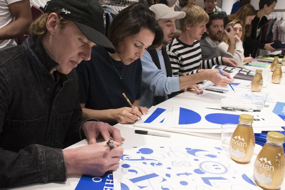 Signature du magazine par les artistes lors du lancement chez colette.