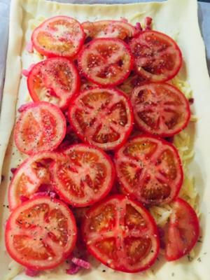 Slice tomato, Thyme, Salt & Pepper