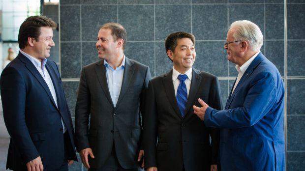 Ye Cheng, of Landbridge, and then trade minister Andrew Robb in 2015. Photo: Glenn Campbell
