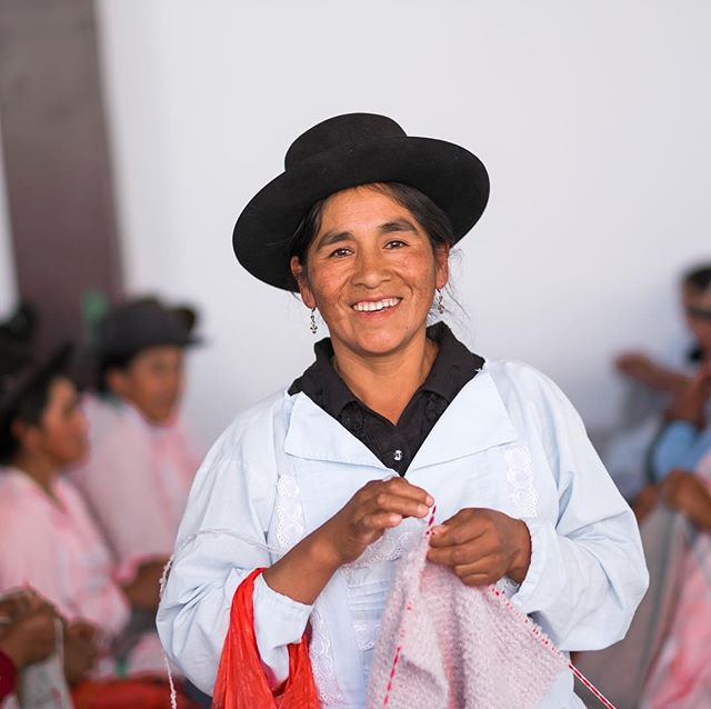 Meet lady Eufemia Alvites! She is one of the proud and happy knitters of our fair trade handknitting workshop high in the Andes of Peru. With the money that she earns she takes good care of herself and  her 4 children, and this is exactly why we love our work!!♥️♥️♥️
