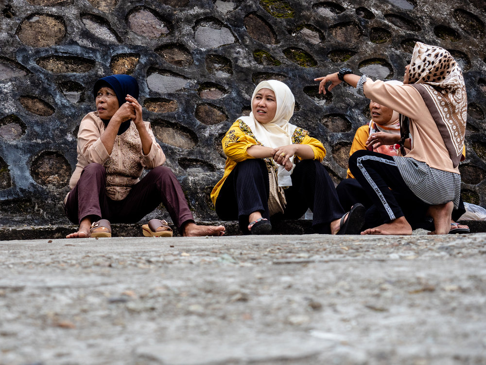 Musings the Glass - Sumatran Sojourn - Muslim Women Chat on the street