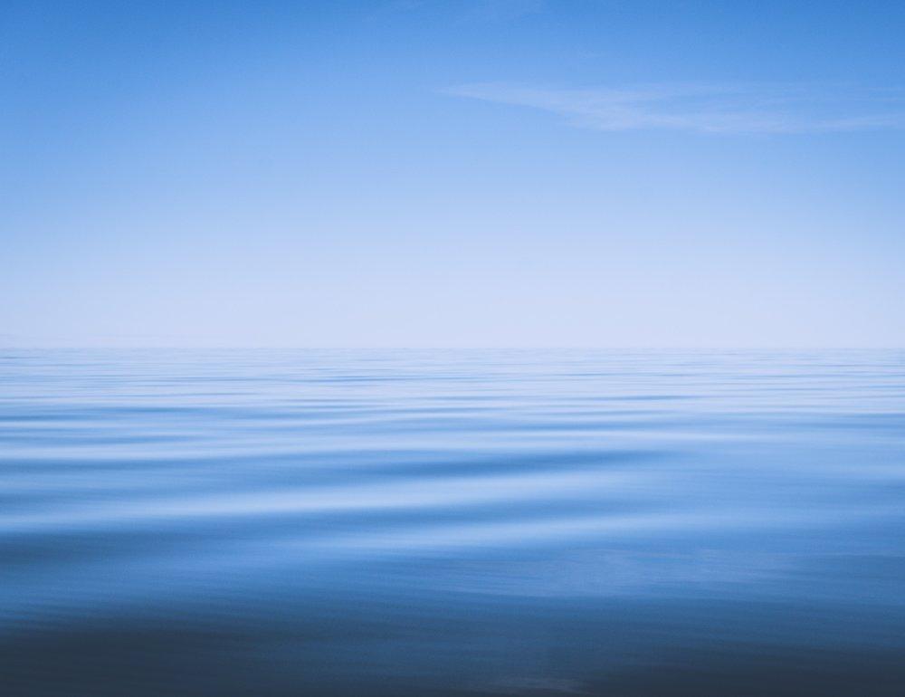 Keskipäivän paahteessa veden pinta aaltoili rauhalliseen tahtiin.
