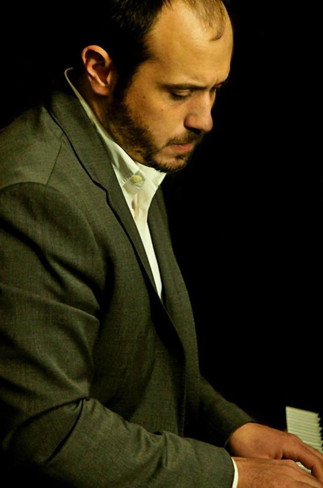 Bob Mervak   (piano)