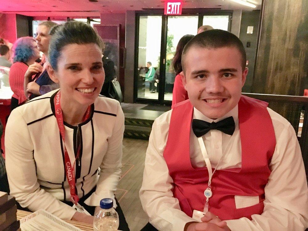 Liam en compagnie de Kirsty Duncan, ministre des Sciences et ministre des Sports et des Personnes handicapées