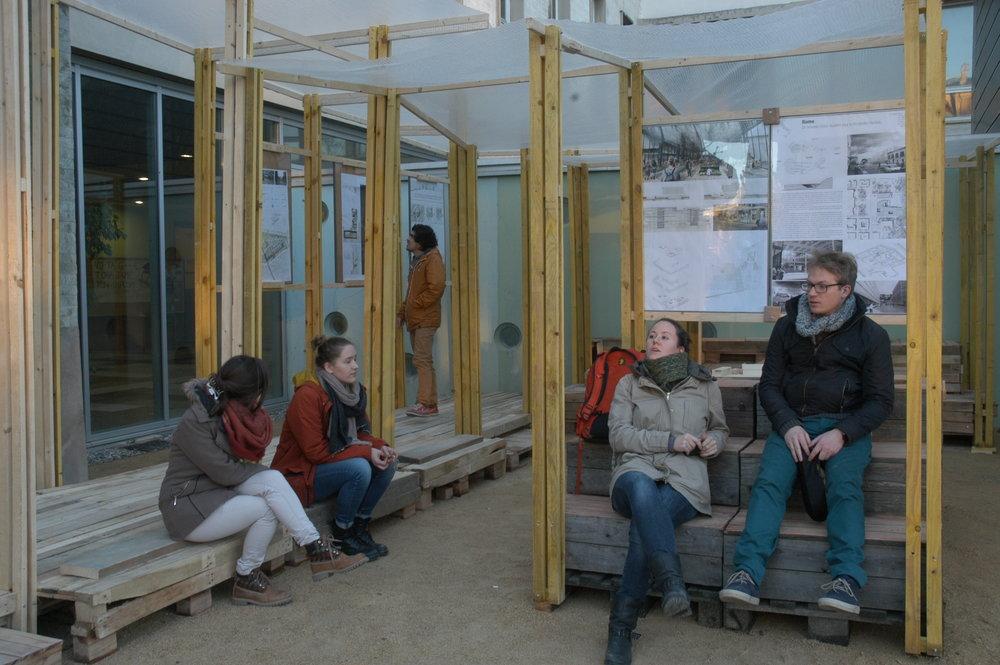 Pavillon de rencontre et d'exposition extérieur
