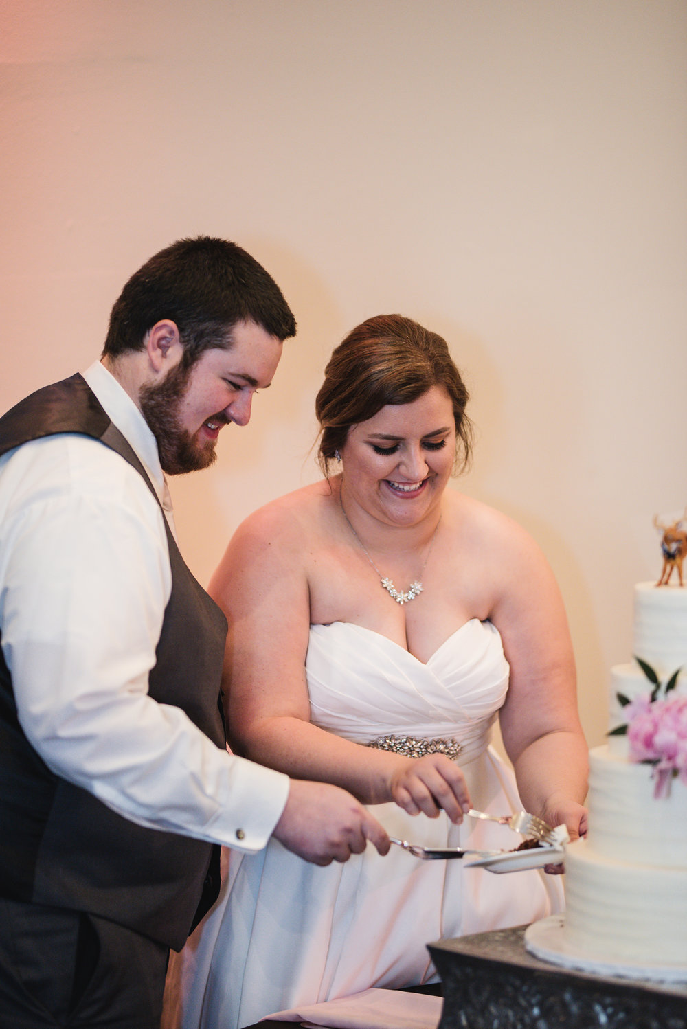 couple cutting their cake at la navona