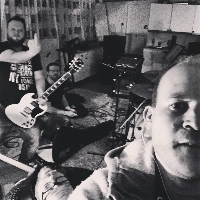 Posing at our last rehearsal #skaarv #sludge #stoner #squwætt #sandøyrock #stoneharbour #harøy #quiddle #metal #sludgebunnies #norway #wizards #drbeat #fiddle #groove #sludgy