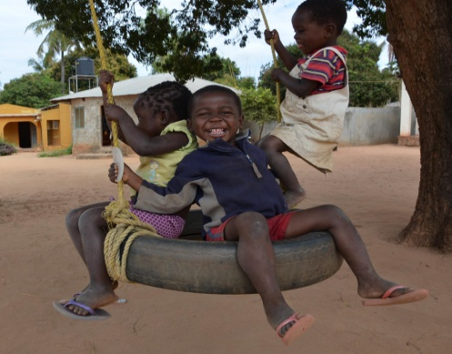 kids swing DSC_7579 cropped resize r3.jpg
