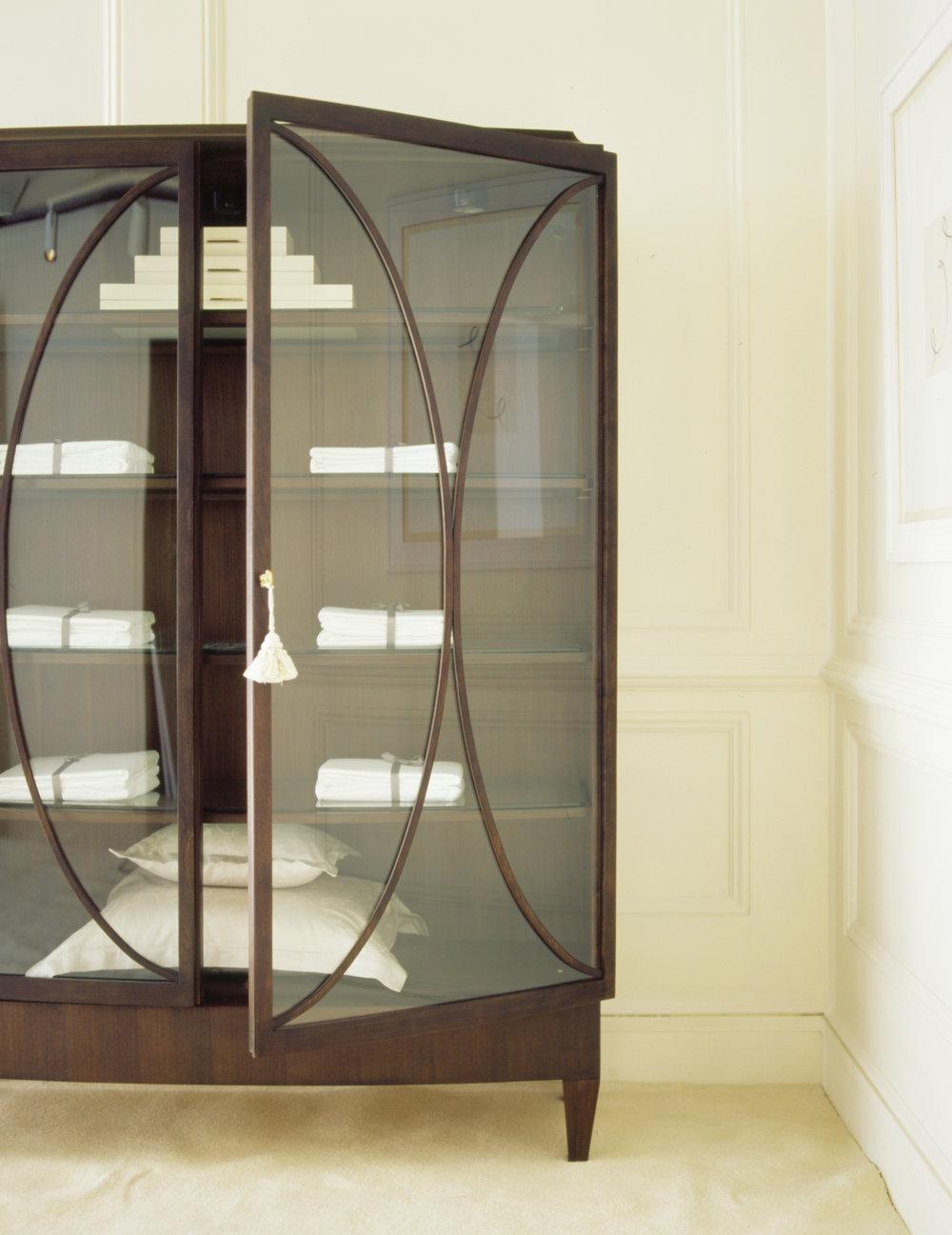 Attirant Oval Cabinet