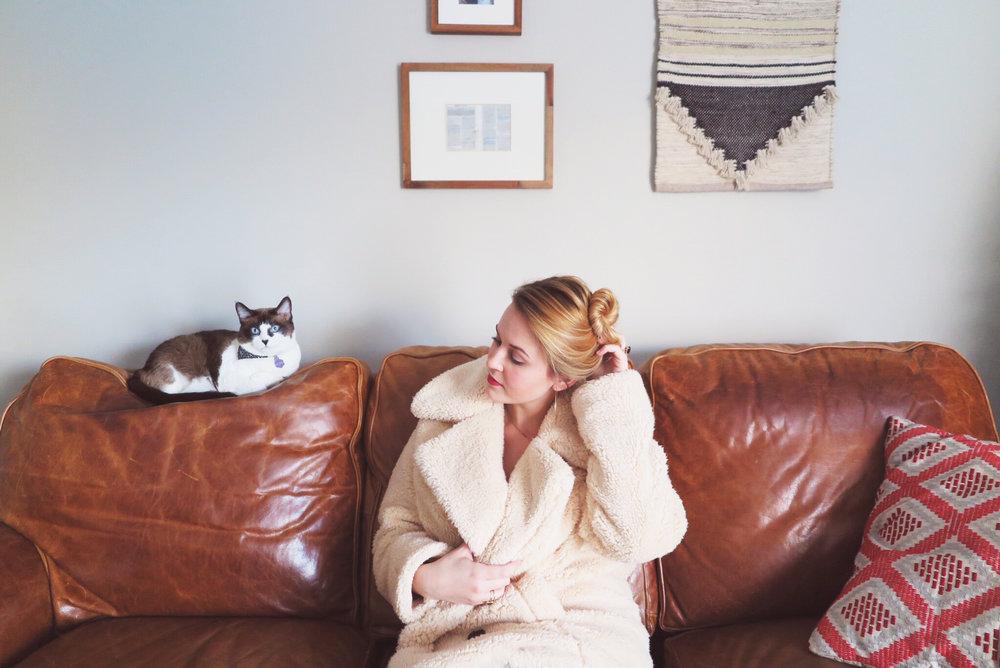 lady-boss-teddy-bear-jacket-gold-hoop-earrings-hela-coaching-2017-blonde-siamese-cat-interior.JPG