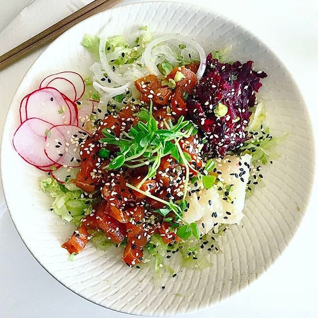 You too can be adventurous with your poke bowl like @thekitchencleanse who opted for some crunchy lettuce for her HOP base this week. Come in for lunch whenever you'd like Amanda 🤗🐠 #hookedonpoke #regram