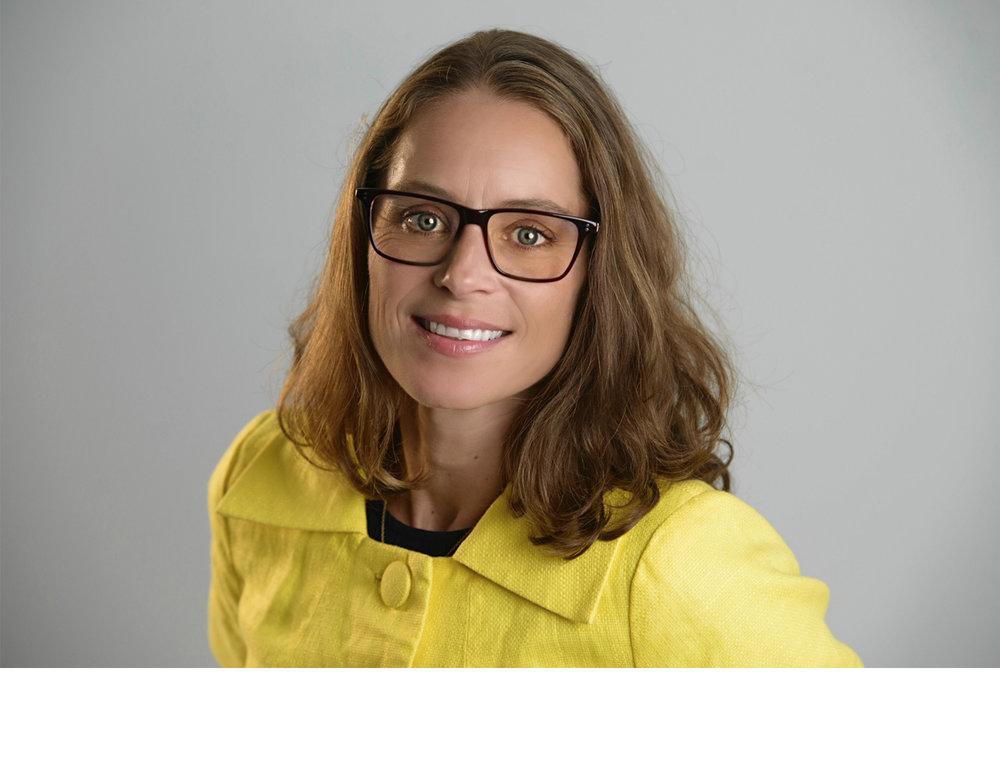 KARINA HILLESTAD, TEKSTFORFATTER - Karina er Tekstforfatter og konseptutvikler og opptatt av god kommunikasjon, både når hun skriver og jobber med kommunikasjon mellom mennesker. Hun har ekspertise på digitale kanaler og er et oppkomme av gode referanser og linker til hva som rører seg på internett. I tillegg til å være Kristins sparringspartner og kurs- og foredragsholder i WONDRATWORK, jobber hun som Prosjektkoordinator i Kirkens Bymisjon, har lang erfaring fra reklame- og internettutvikling, styreverv i blant annet Kreativt Forum, Oslo Klatreklubb og Røde Kors Secondhand og tilbyr freelancetjenester som WONDRBIRD.Karina vil inspirere deg med nyttige verktøy og nye måter å kommunisere på i dagens digitale landskap.Møt Karina i TYPEMØTETFoto av Kristin og Karina: Håvard Sæbø